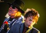 Claparul Guns N Roses a cazut de pe scena (video)
