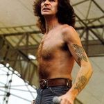 Fanii AC/DC vor o strada in memoria lui Bon Scott