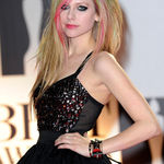 Un om si-a ucis mama pentru ca nu a primit bilete la un concert Avril Lavigne