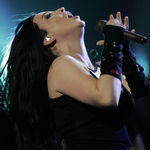 Solista Evanescence a cazut pe scena in New York (video)