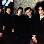 Solistul The Cure se machiaza in avion