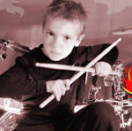 Un pusti de 6 ani bate la tobe piese Van Halen (video)