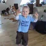 Un pusti de 2 ani danseaza pe Iron Maiden