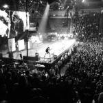 Solistul Disturbed a sarit in public pentru a sta de vorba cu o fana