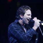 Pearl Jam au donat 70.000 de dolari barbatului care l-a salvat pe Eddie Vedder de la inec