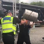 Viralul zilei: Un politist canta 'Duality' alaturi de o trupa tribut Slipknot
