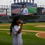Joey Belladonna de la Anthrax a cantat imnul SUA inaintea unui meci de baseball