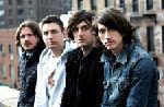 Arctic Monkeys ascund bilete de concert in noul single