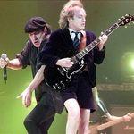 O femeie a asaltat un ofiter de politie la un concert AC/DC